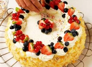 اموزش تزیین کیک تولد با میوه