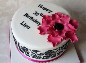 کیک تولد با خمیر فوندانت